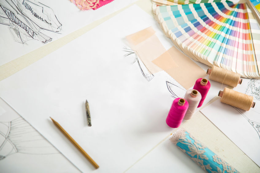 Skizzen und Farbfächer für Kleidungsdesign