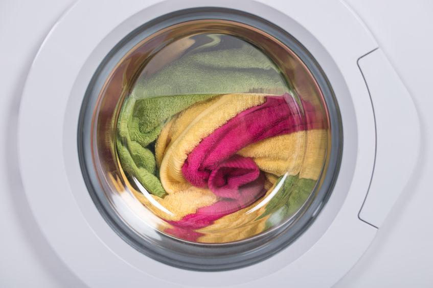 Waschmaschine mit bunten Tüchern
